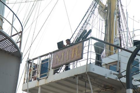 Морячок с парусника Мир