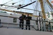 Морячки с парусника Мир